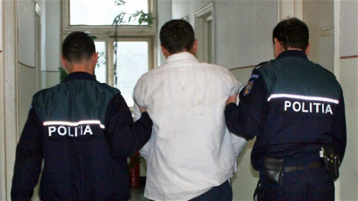 Un profesor pedofil a fost reținut pentru 24 de ore de oamenii în legii, în urma unor percheziții care au scos la iveală faptele sale.