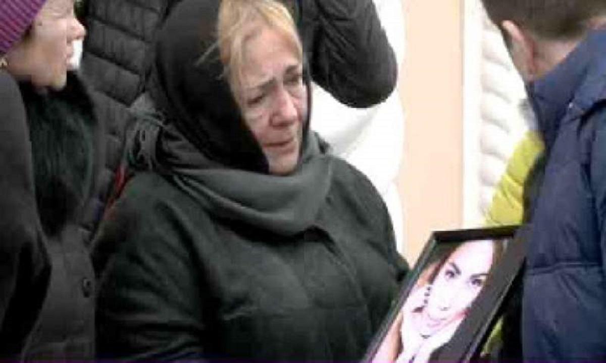 Primele imagini de la înmormântarea Anastasiei Cecati. Rudele şi prietenii, înmărmuriţi de durere