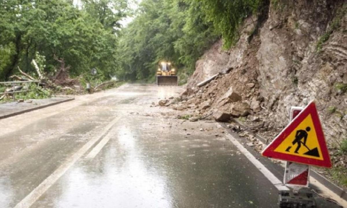 Două case afectate de o alunecare de teren în Prahova