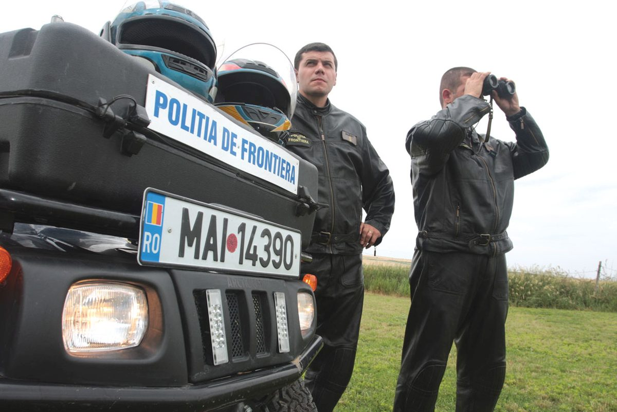 Doi turci și șapte români, depistați cu produse de contrabandă. Ce au găsit polițiștii de frontieră asupra lor