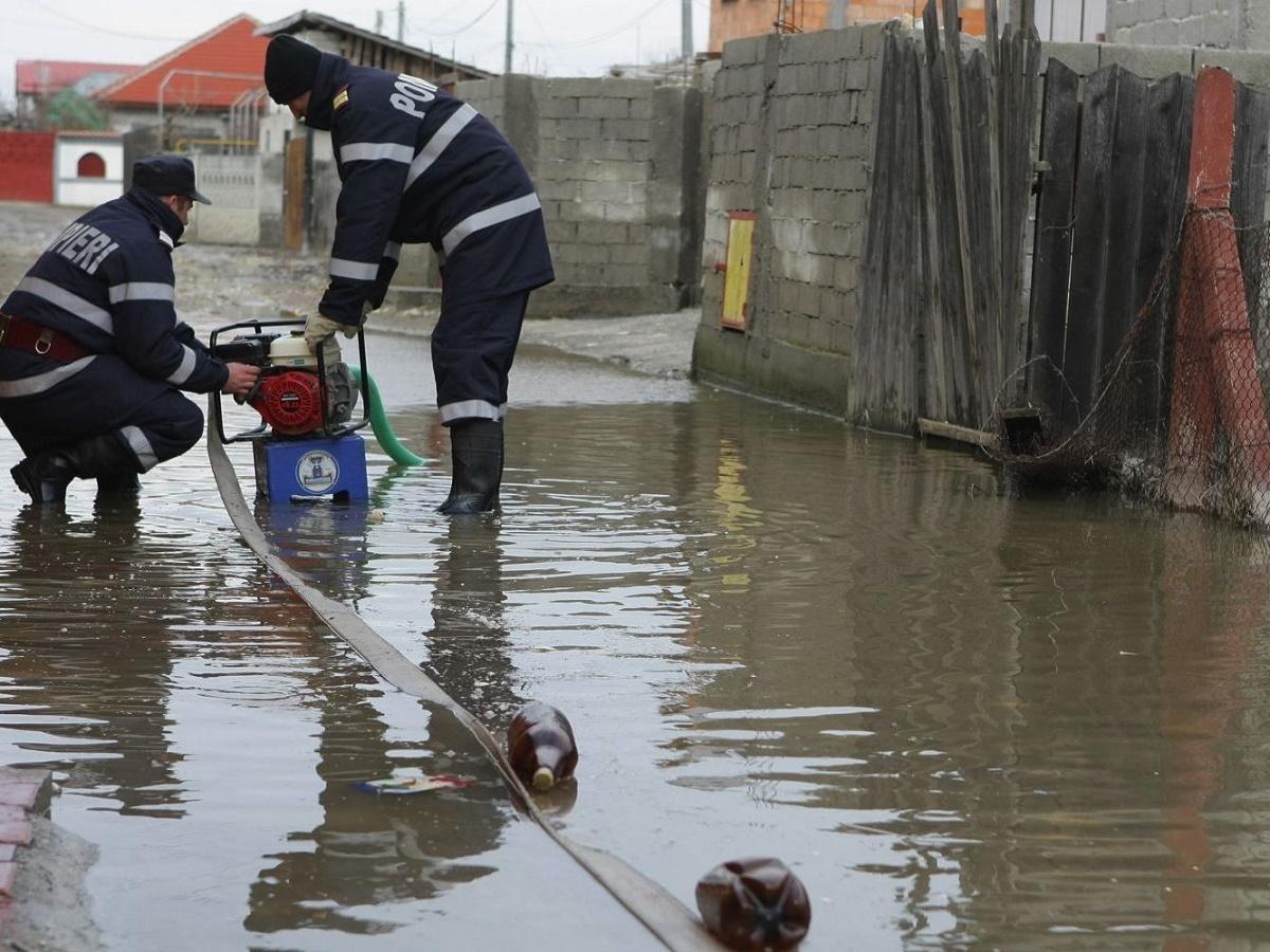 Pompierii, solicitați să scoată apa din gospodării. Unde s-a intervenit de urgență