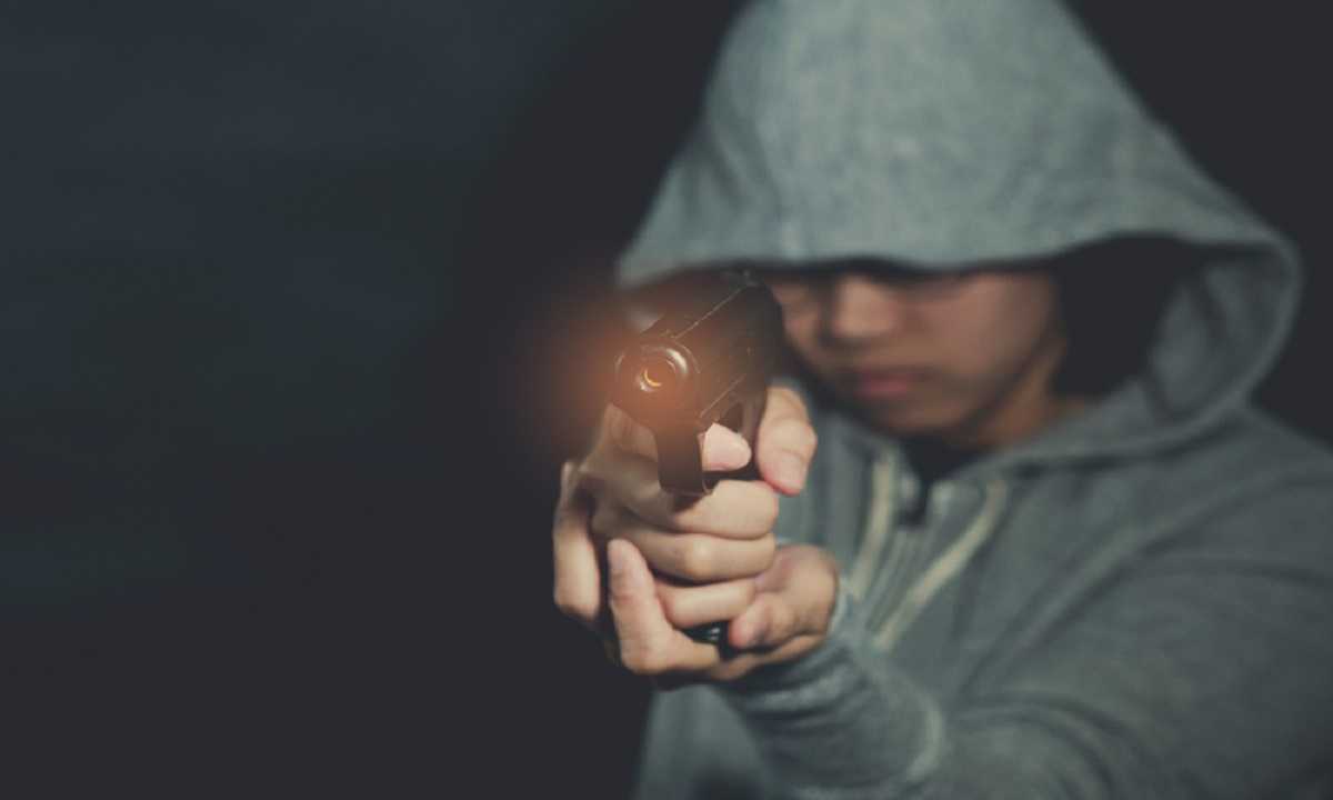Atac cu pistolul la un liceu din România. Ce se întâmplă cu victima