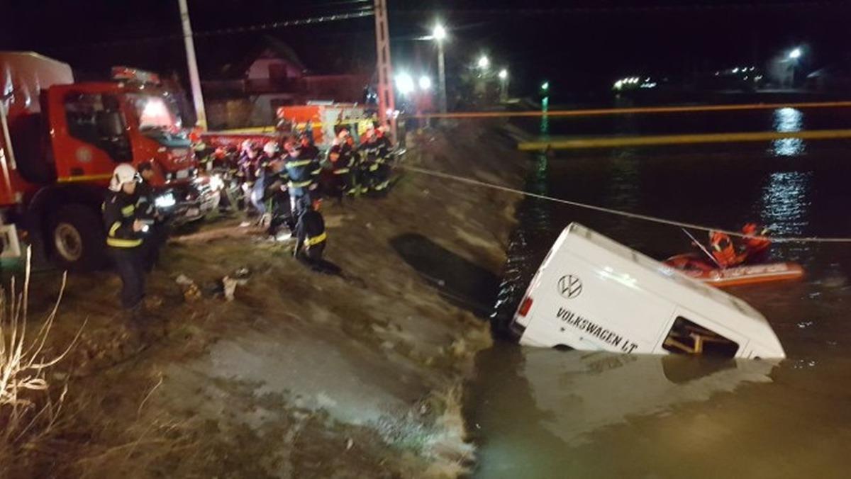 Plan roșu de intervenție! Un microbuz a căzut în râul Bistrița! Șapte persoane au murit, două sunt dispărute