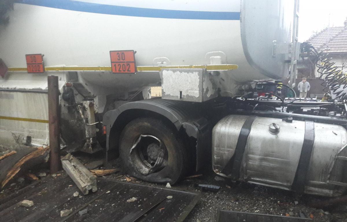 Pericol de EXPLOZIE - O cisternă GPL încărcată cu 35.000 de litri s-a răsturnat în Ploiești