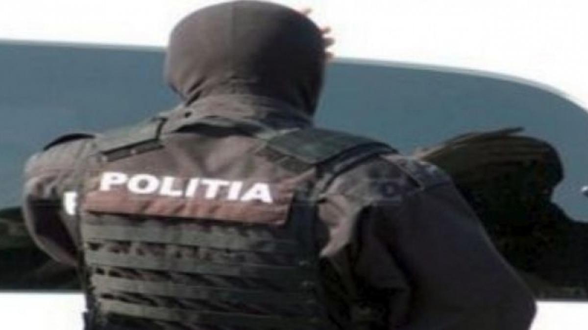 Un polițist din trupele speciale a fost alergat cu toporul și a ajuns la spital