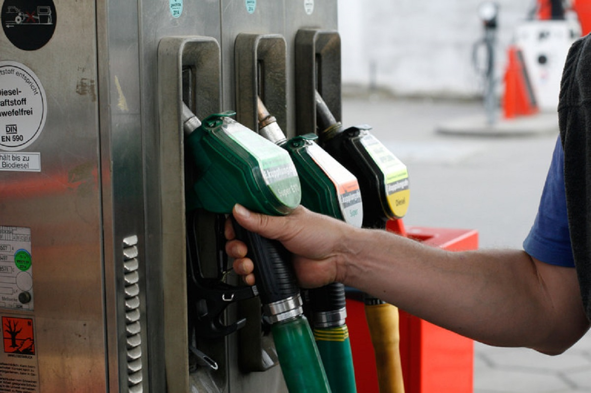Vești proaste pentru șoferi. Crește prețul carburanților!