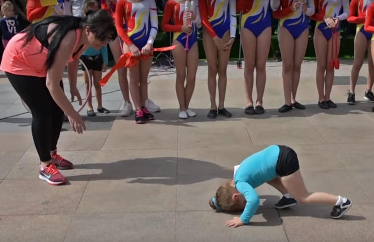 Scandal după Simfonia Lalelelor. Reacția incredibilă a profesoarei fetiței puse să facă gimnastică pe beton