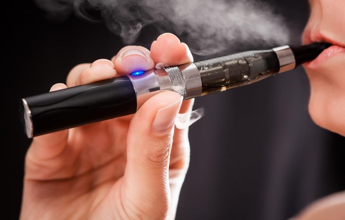 Vestea care îi afectează pe fumători! Țigările electronice, interzise în spațiile publice