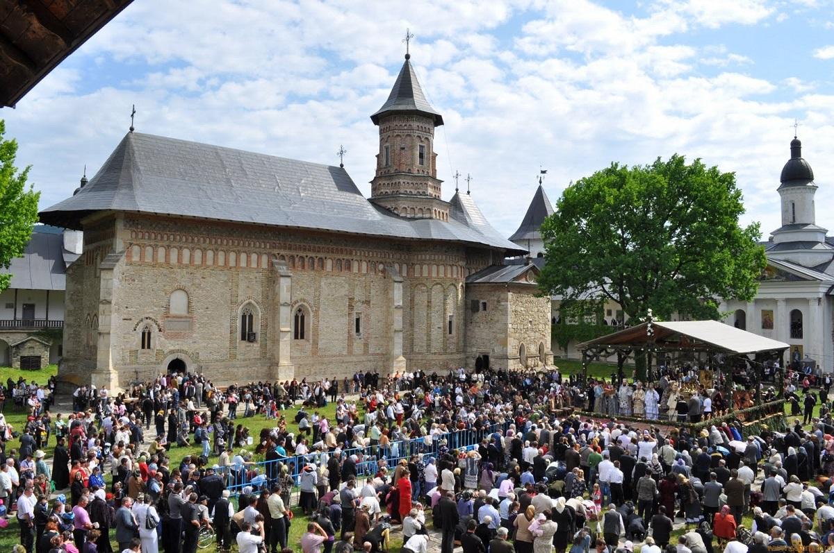 Înălţarea Domnului 2018 : Sute de pelerini participă la hramul Mănăstirii Neamţ