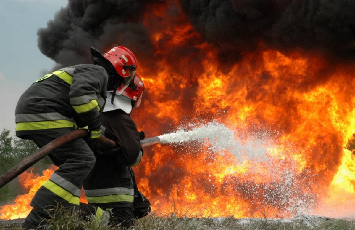 Incendiu la Pleașa, județul Prahova, la un depozit de materiale plastice