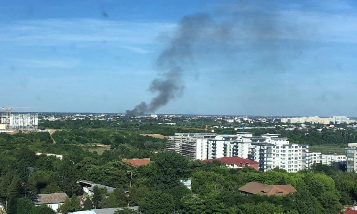 Incendiu puternic în București. Mai multe autospeciale au ajuns la fața locului
