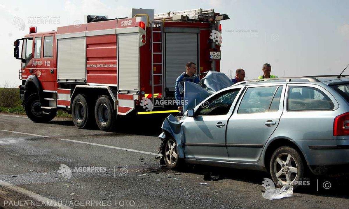 Patru oameni au fost răniți în Suceava după coliziunea unui autoturism cu un autocar