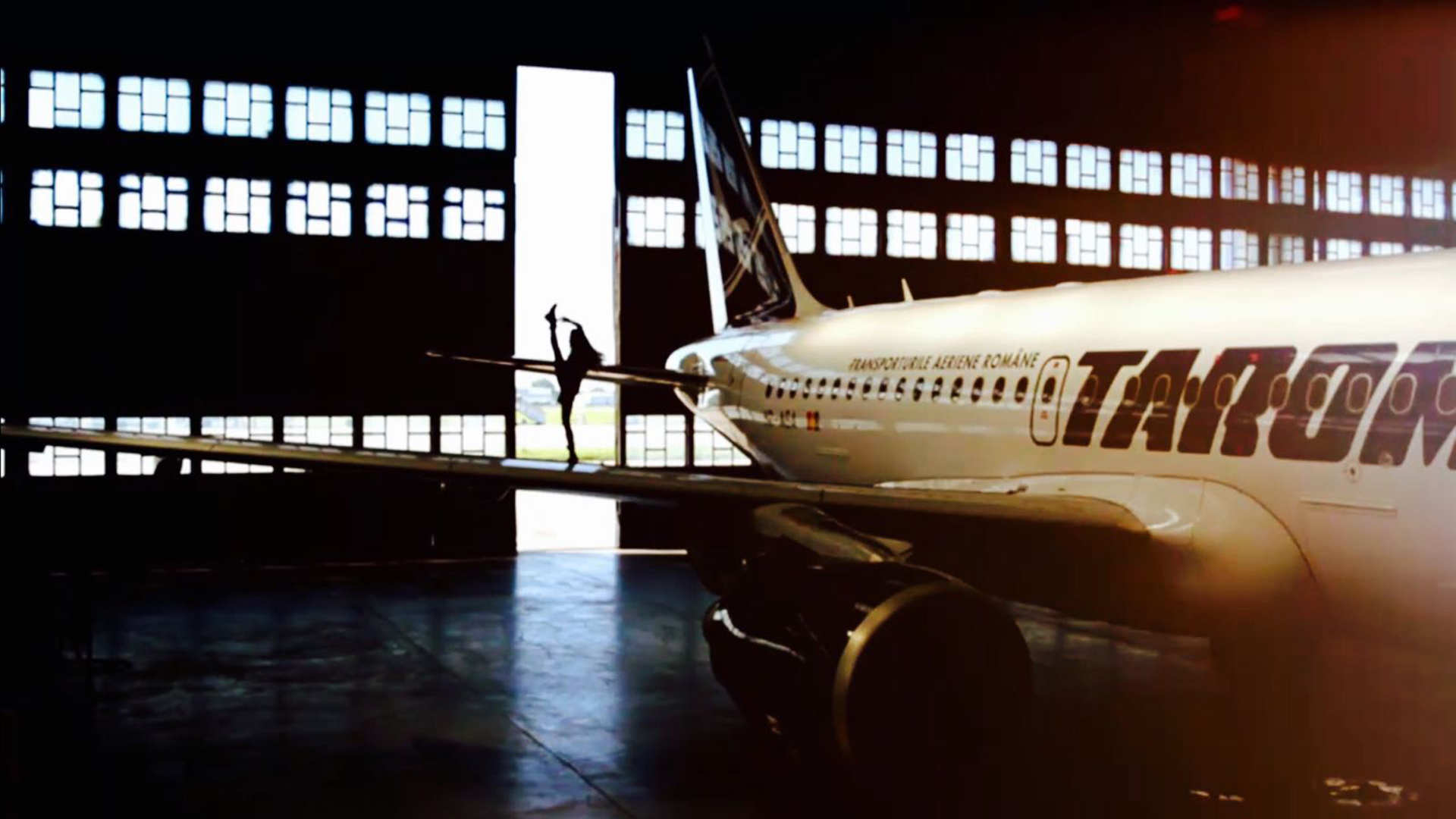 EXCLUSIV! Tarom susține talentele României! Alla, de la Românii au talent, s-a antrenat pe aripa unui Airbus în hagarul TAROM