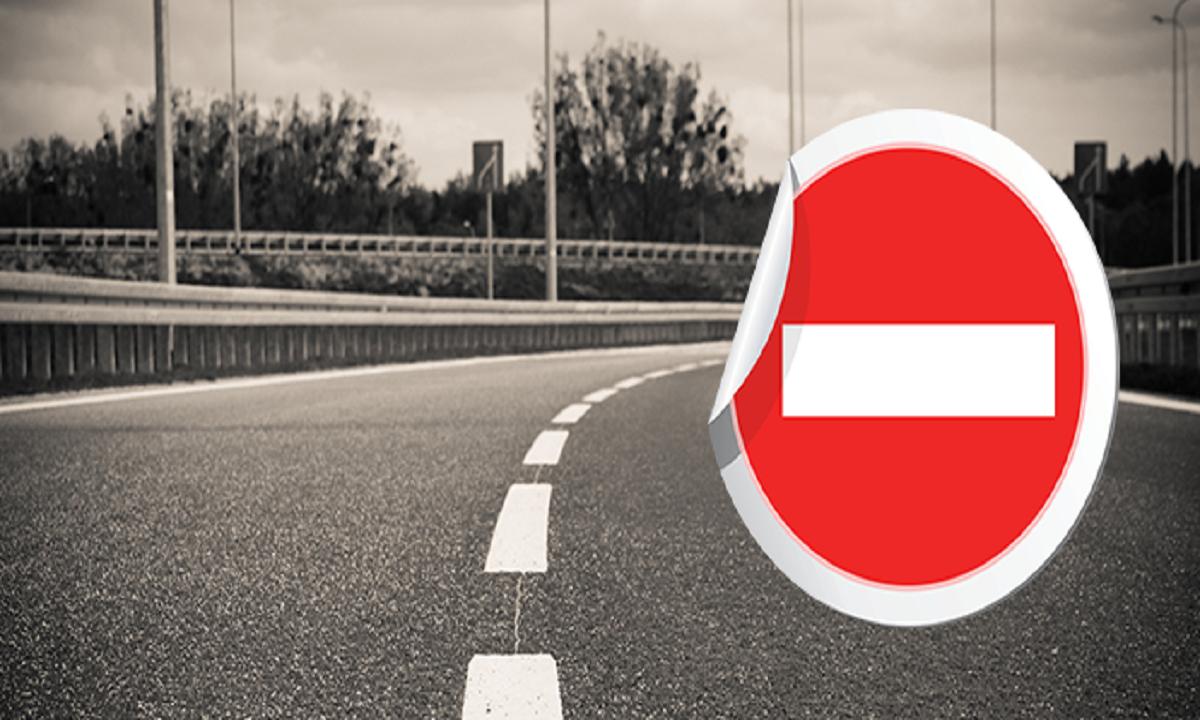 Circulaţie rutieră blocată temporar pe DN 17, după ce au căzut bolovani de pe versanţi
