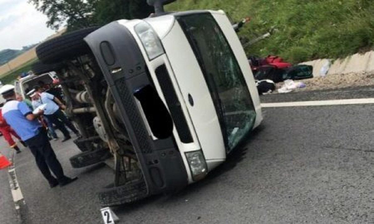 Accident: Un microbuz s-a răsturnat pe DN14, la ieşirea din Târnava