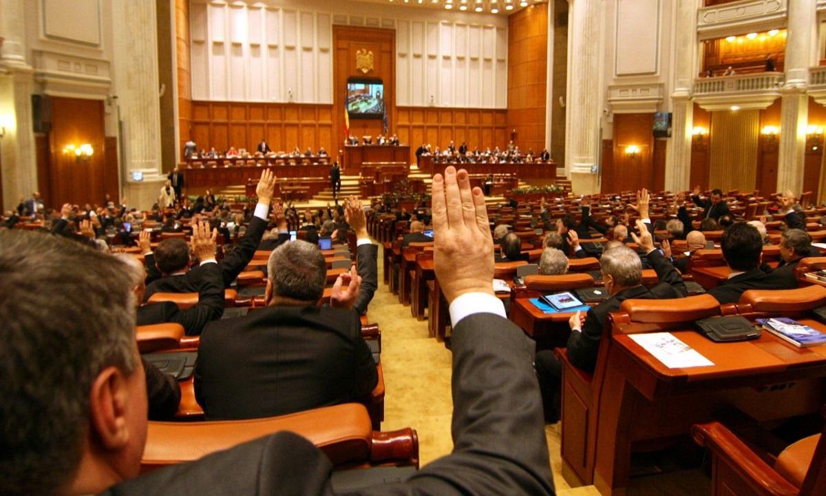 Moţiunea de cenzură - se va prezenta luni în Parlament