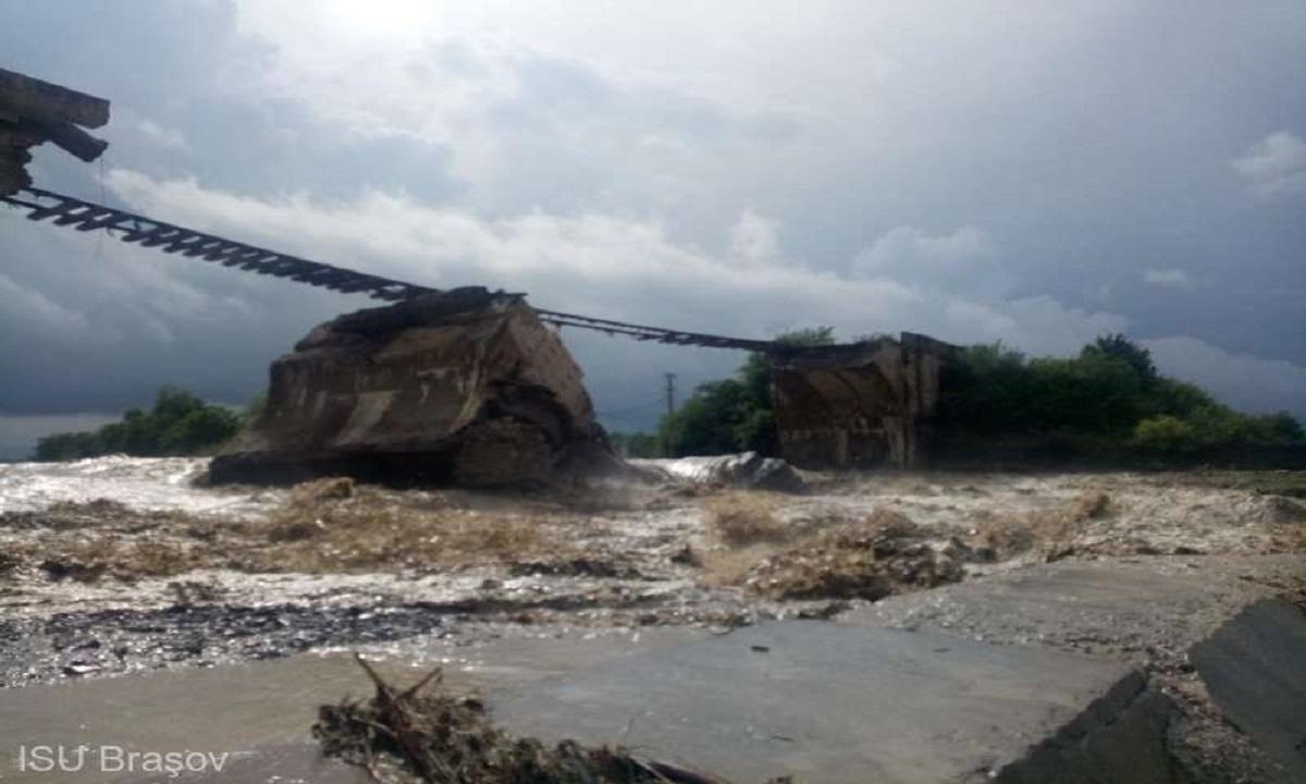 Brașov: Un pod peste care treaca o cale ferată s-a prăbușit