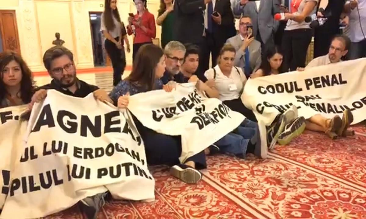 #Rezist protest pe holurile Parlamentului, în timpul discursului lui Dăncilă