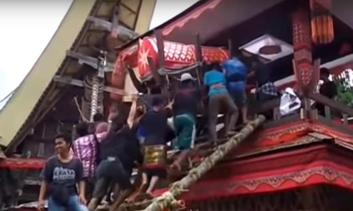 Un bărbat din Indonezia a murit la înmormântarea mamei sale. Sicriul femeii a căzut peste el
