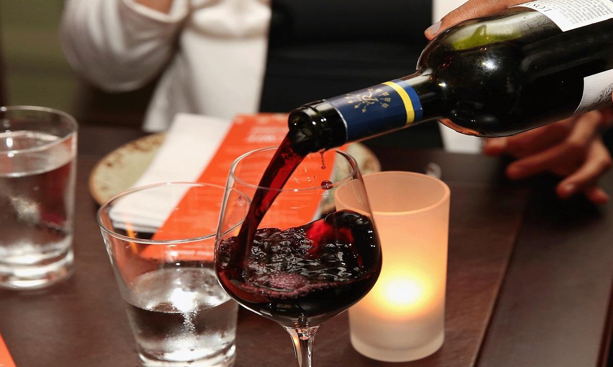 Consumul unei băuturi alcoolice pe zi creşte riscul de mortalitate şi de cancer
