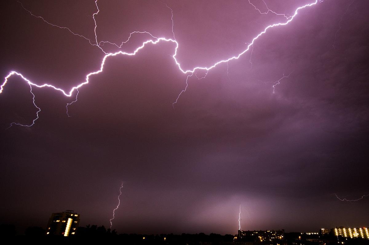 Tămăşoaia, Bacău: Un minor a murit ucis de fulger. Sute de gospodării au fost inundate în toată țara
