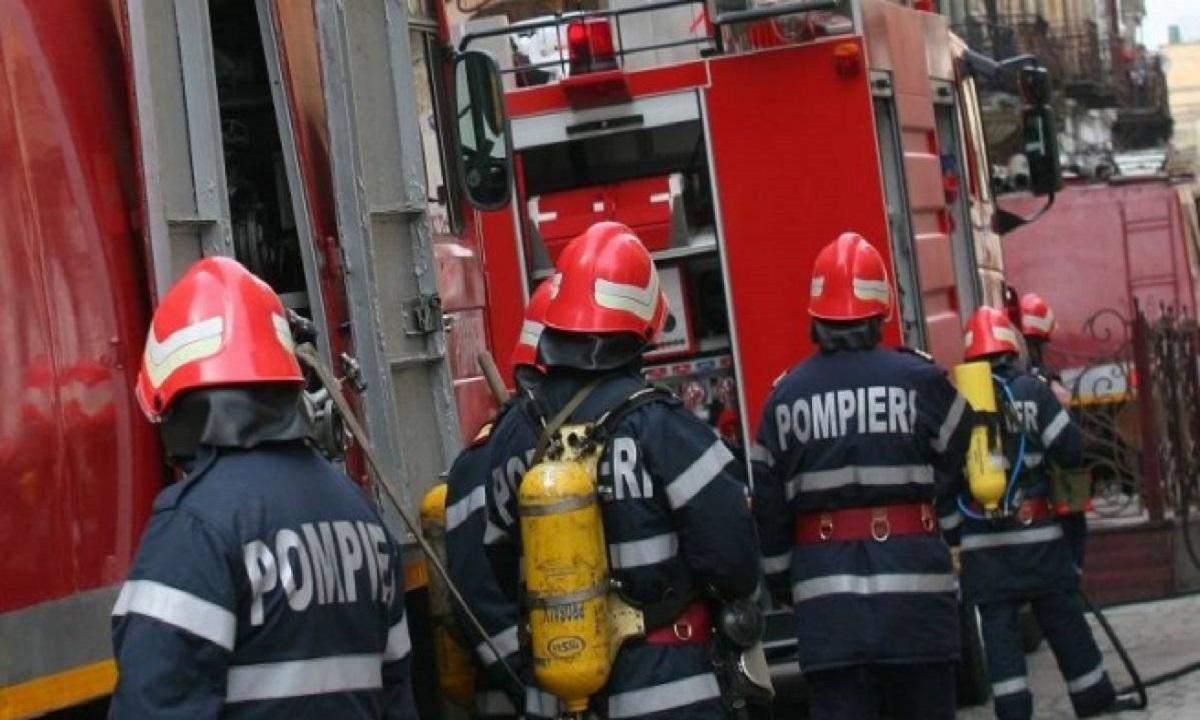 Bacău: Incendiu puternic în Oituz, o persoană a suferit arsuri de gradul II pe faţă şi mâini