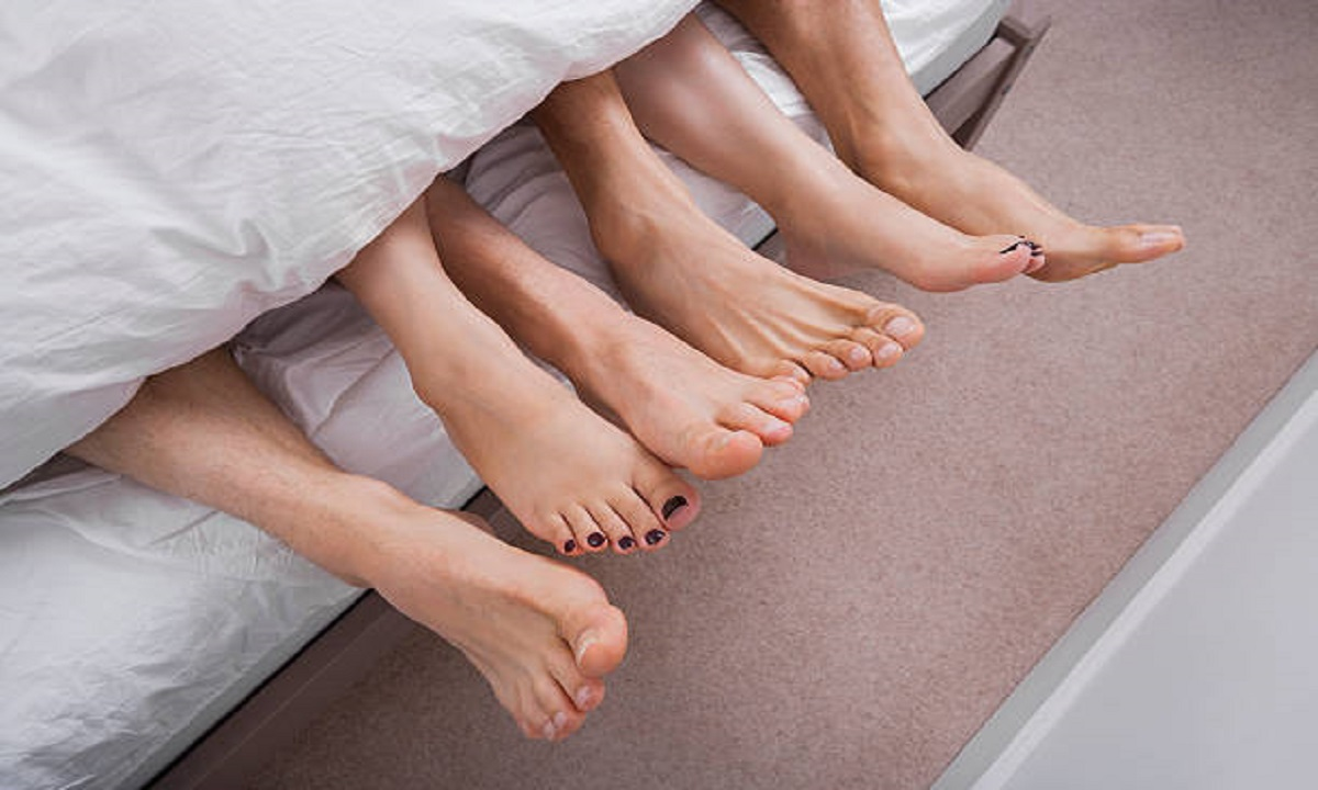 8 причин, почему ночью хочется высунуть ноги из под одеяла: иногда это говорит о болезнях