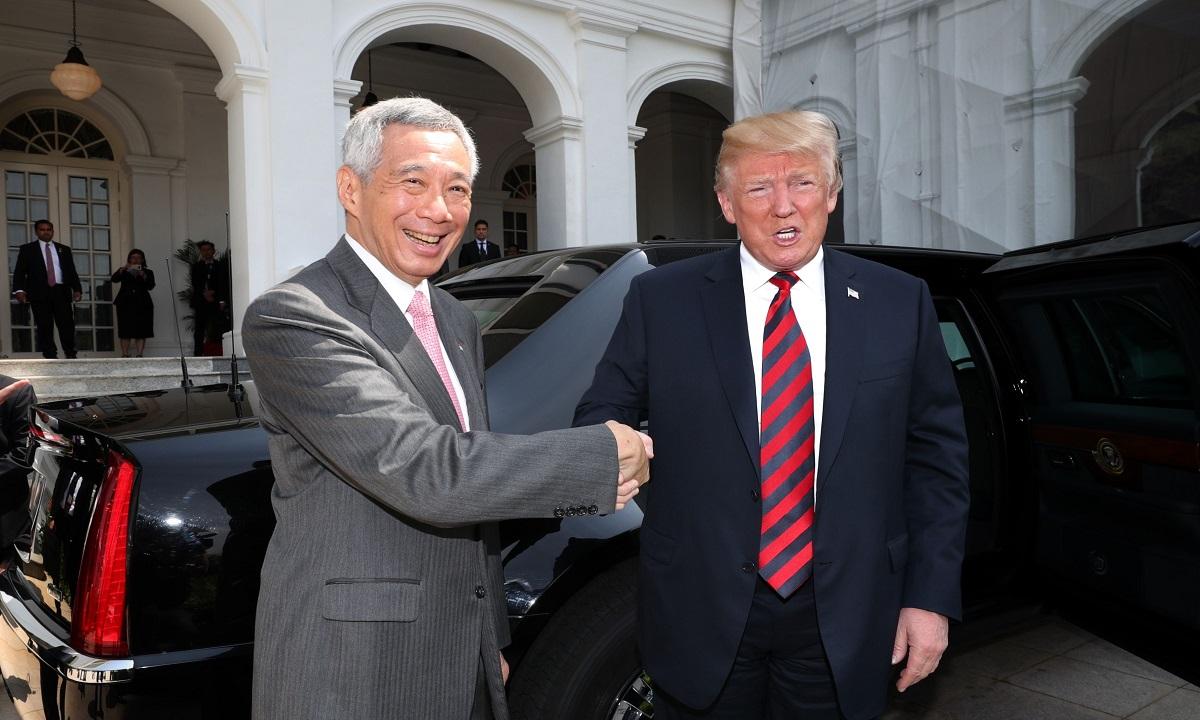De ce Donald Trump strânge mâna în cel mai ciudat fel