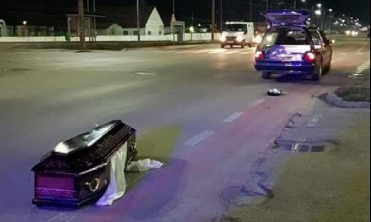 Gorj: Un sicriu cu un cadavru în el a fost abandonat pe marginea unui drum național