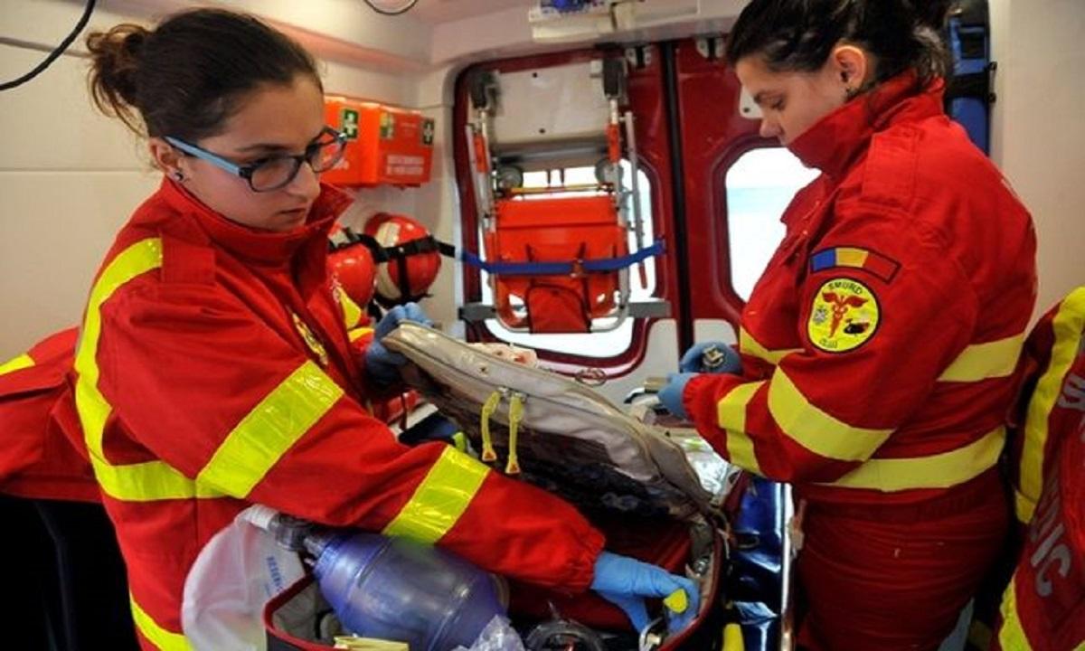 ISU: O bătrână şi un fetiţă, salvate de pompieri după ce au rămas izolate pe malul Tărlungului