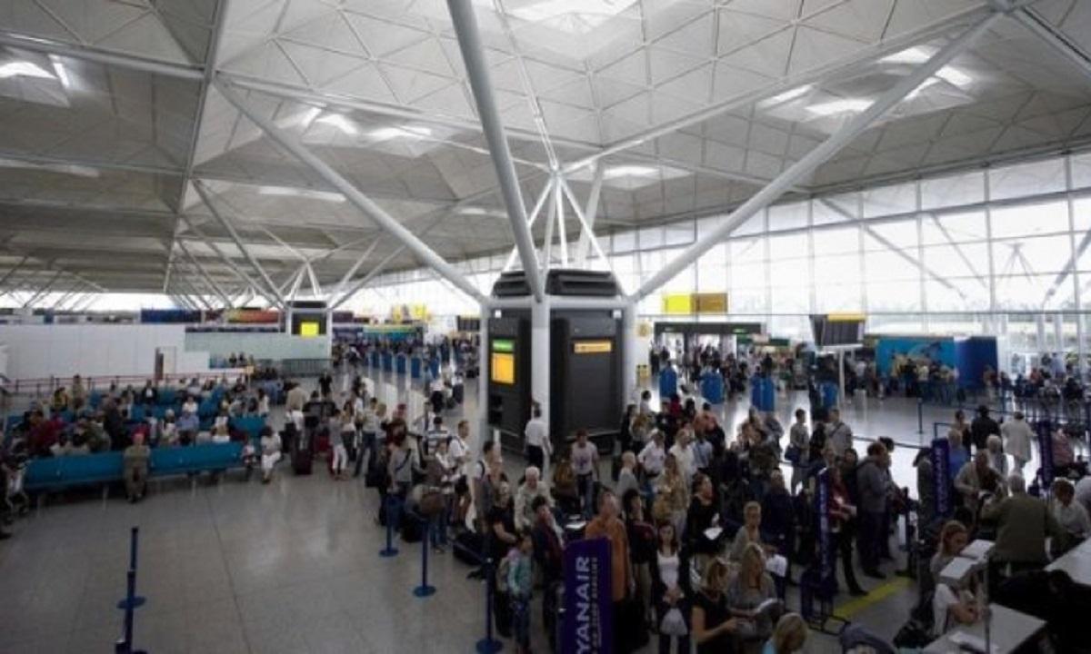 Zeci de români blocați pe un aeroport din Londra! 25 de copii dorm pe jos de 23 de ore!