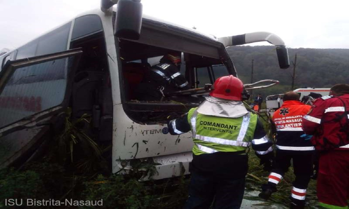 Accident în Bistriţa-Năsăud între un autobuz și un autoturism. Răniții au ajuns la spital