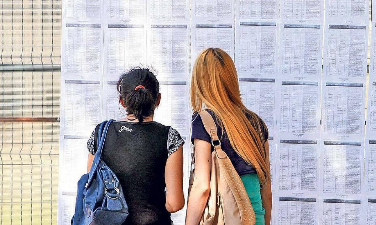 Guvernul dă bani celor care au luat 10 la Bacalaureat 2018. Ce sumă vor primi elevii de elită!