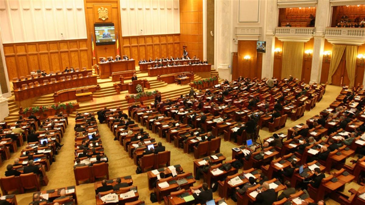 Codul administrativ, adoptat: Pensii speciale pentru aleșii locali și beneficii pentru minorități naționale. PMP și USR vor sesiza CCR
