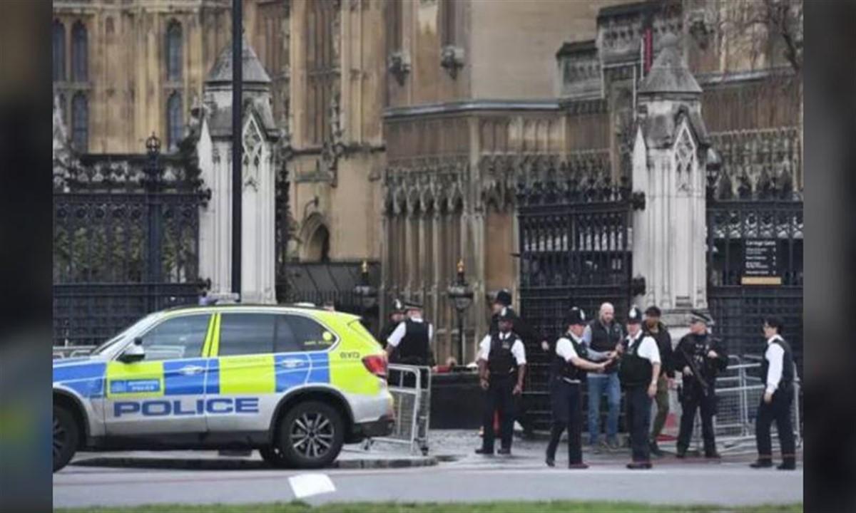Incident la Londra: O mașină a intrat în bariera de securitate din fața Parlamentului. Mai mulți răniți