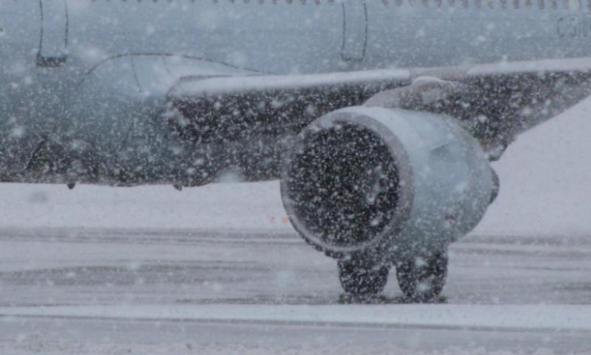 Întârzieri zboruri = Întârzieri pe aeroporturile bucureștene din cauza vremii