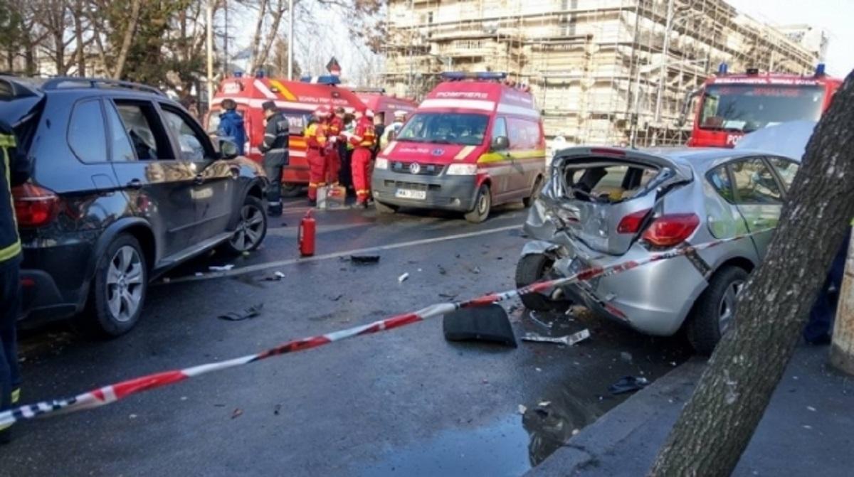 Accident București: Pieton, lovit pe linia de tramvai de o mașină