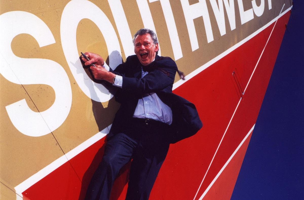 A murit pionierul curselor aeriene low-cost