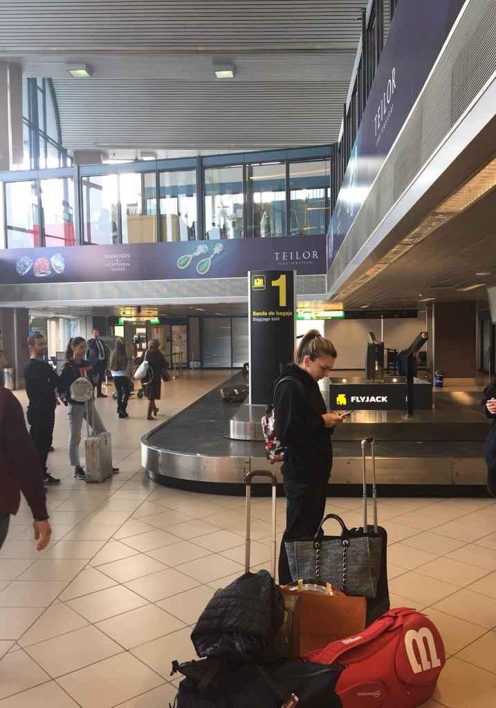 Simona Halep, așteptând bagajul de cală