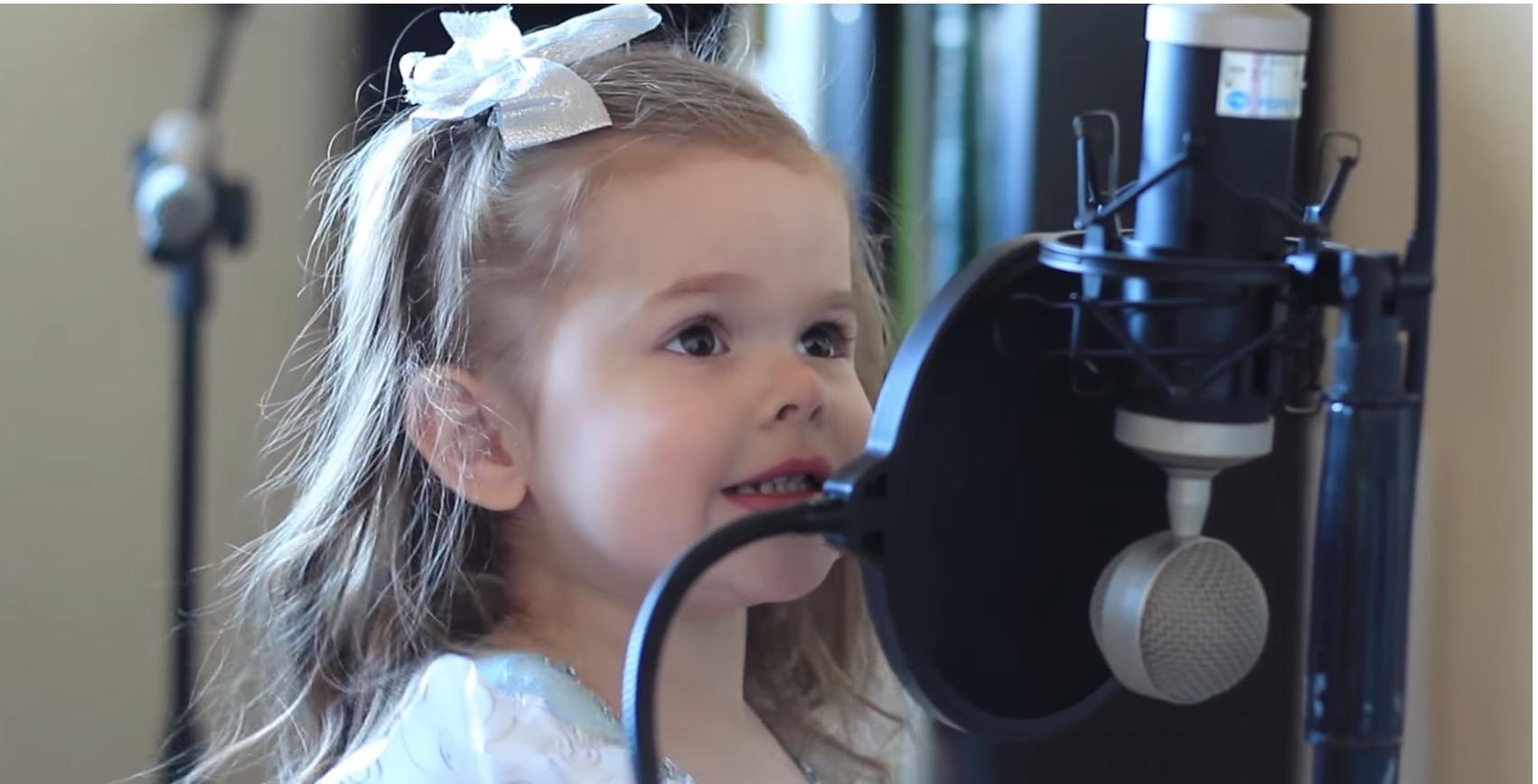 Aceasta fetita de trei ani te va face sa plangi, cand o vei auzi cantand!