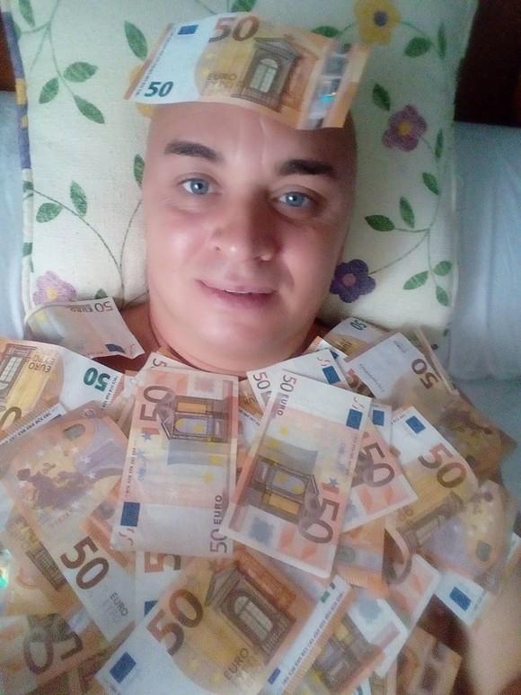 Cristi din Banat revine în atenția publicului, dar nu cu o nouă melodie plină de amuzament, ci cu poze în care arată câți bani are: teancuri de euro