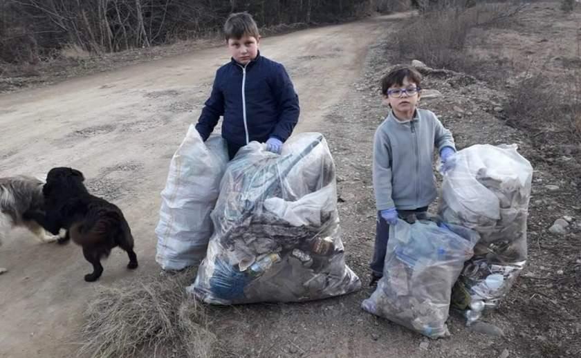 Doi frăţiori din Vatra Dornei au strâns toate gunoaiele de pe marginea drumului, în loc să meargă la joacă