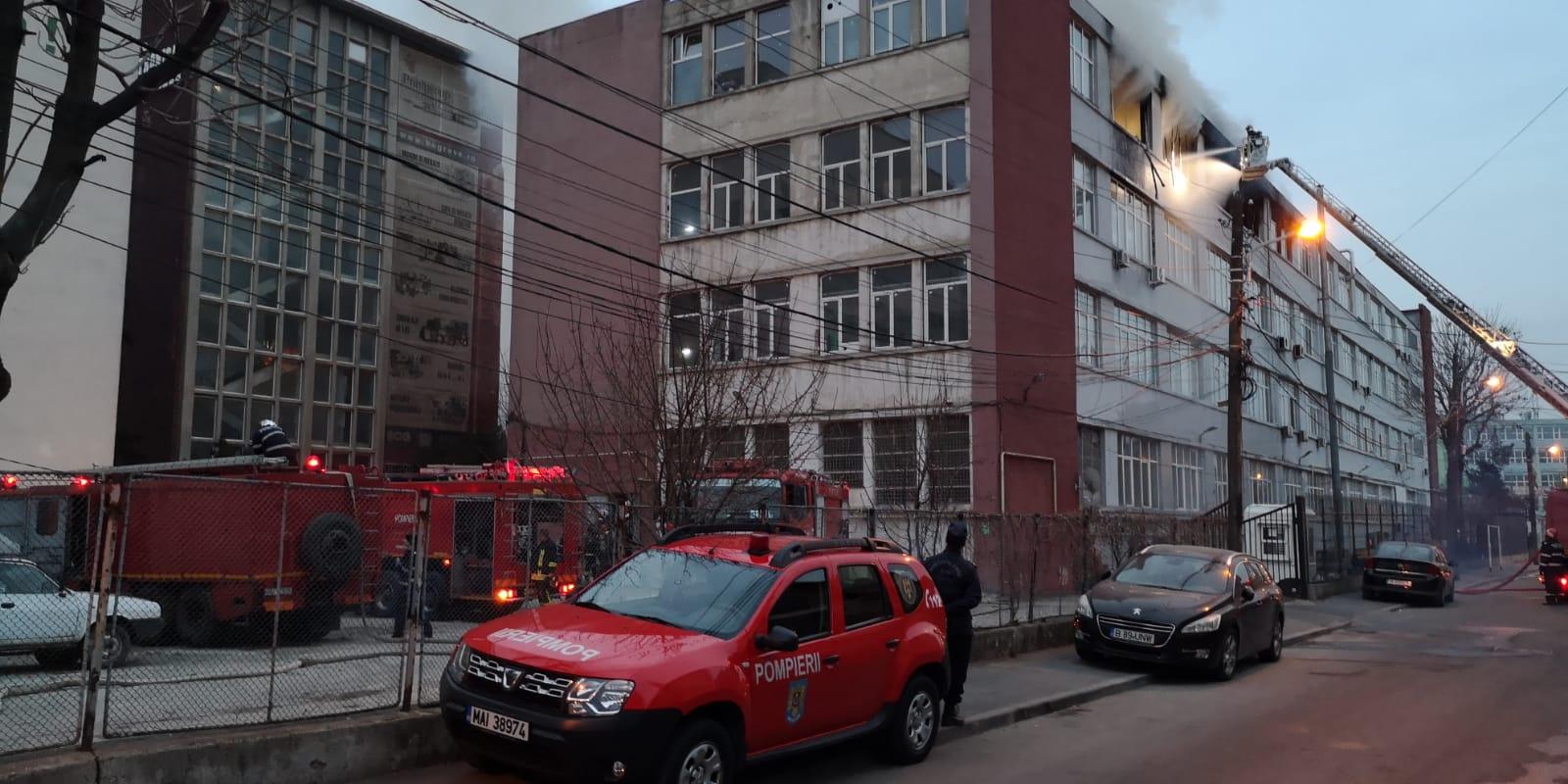 Bucureștenii sfătuiți să nu iasă din case din cauza incendiului