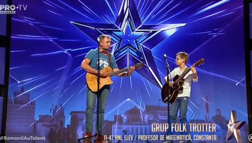 Grup Folk Trotter un profesor de chitară și de matematică pe scenă.
