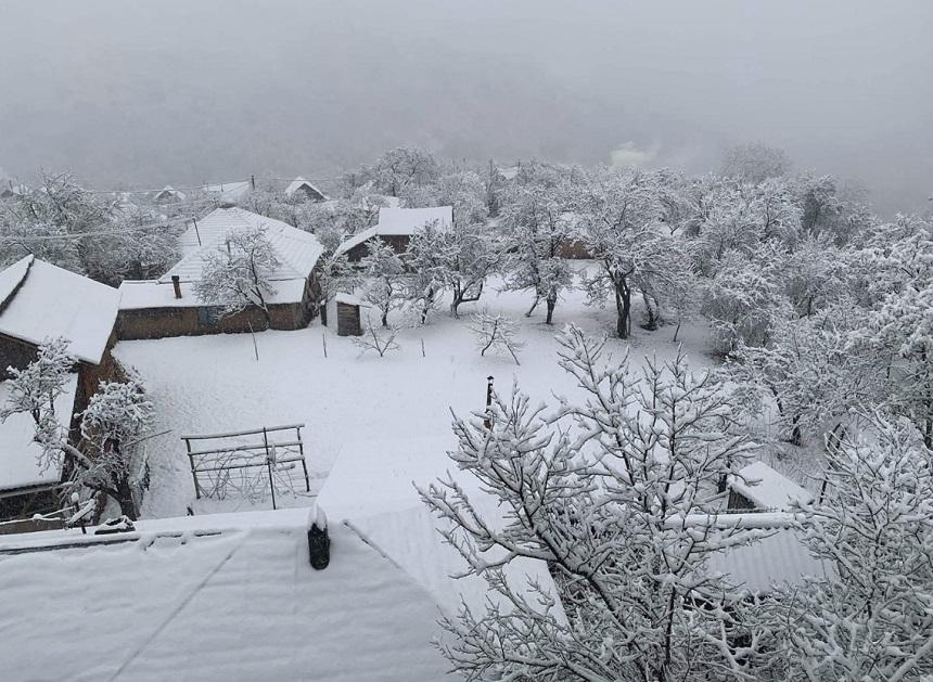 VREMEA. Strat serios de zăpadă în judeţul Buzău! A nins timp de câteva ore