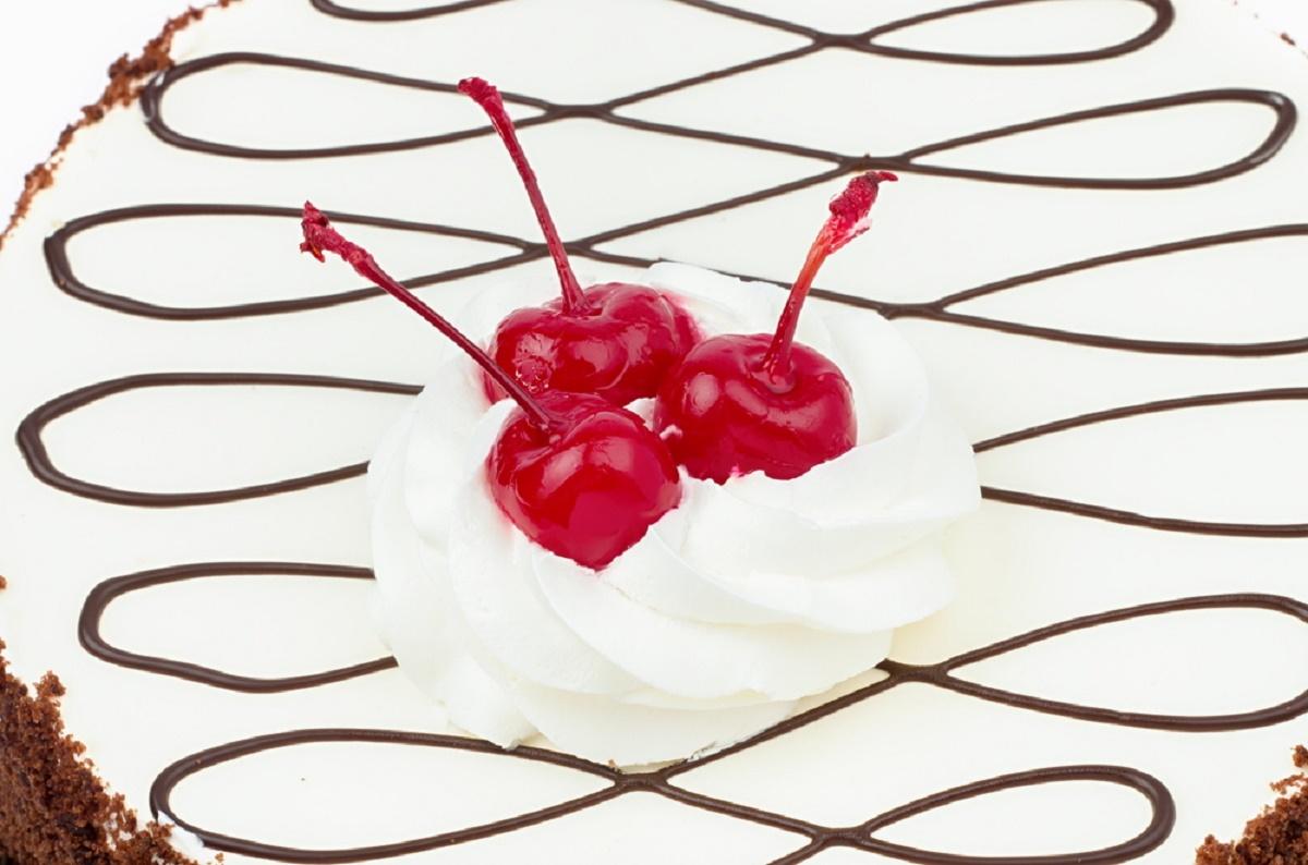 Reteta de Paste: Tort fara coacere, cu visine si piscoturi