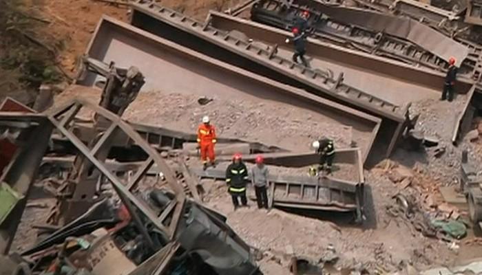 Accident feroviar. 6 persoane au murit dupa ce un tren a deraiat și a intrat într-o casa. Mai multe victime