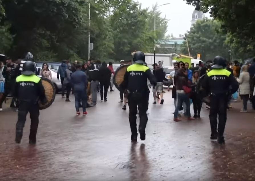 Poliţia olandeză i-a lovit pe românii care protestau în faţa ambasadei, la Haga, pentru că nu puteau vota