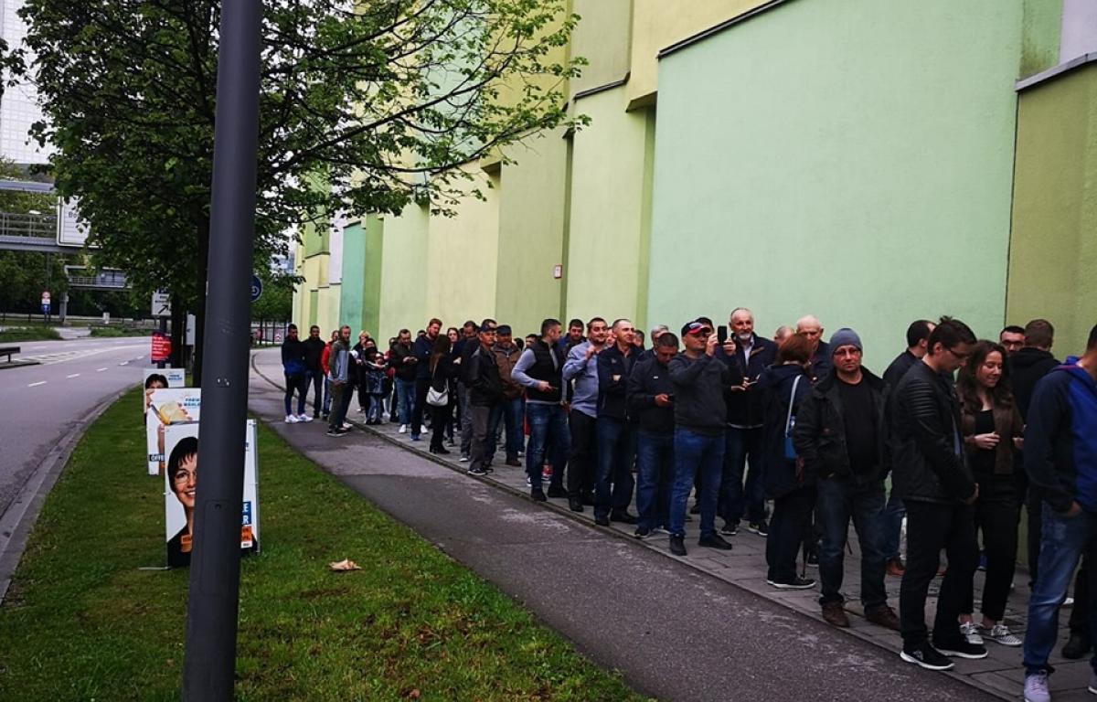 Ultima ORĂ! Poliția germană a luat DECIZIA. Românii prezenți la consulatul din Munchen vor vota până la ultimul