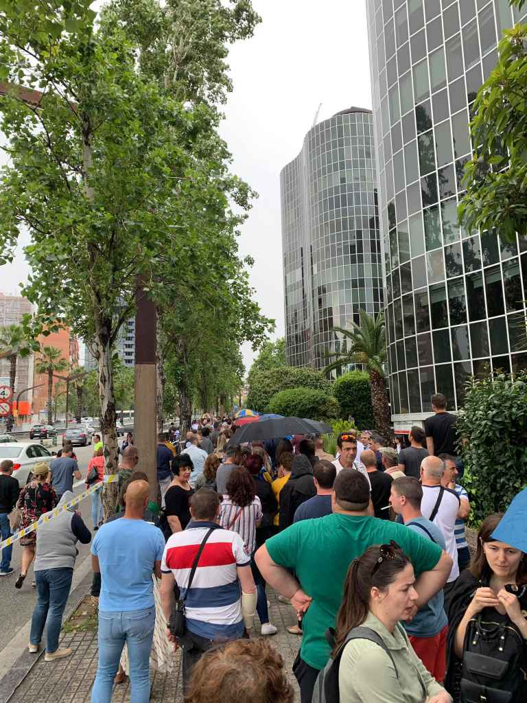 Sute de români au format o coadă pe 3 străzi pentru a vota în Barcelona